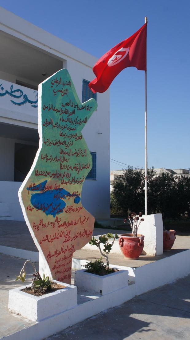 Cours de géographie et patriotisme dans la cour de l'école